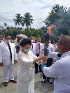 Ketua Majelis Daerah Gereja Pantekosta di Indonesia saat menerima Obor Pantekosta keliling Indonesia